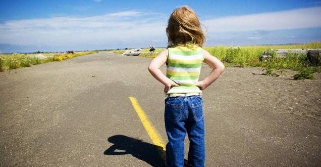 Coaching y niña mirando objetivo carretera